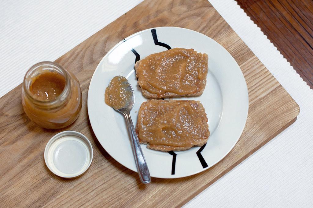 Pan de almendras con puré de umeboshi y compota de manzana
