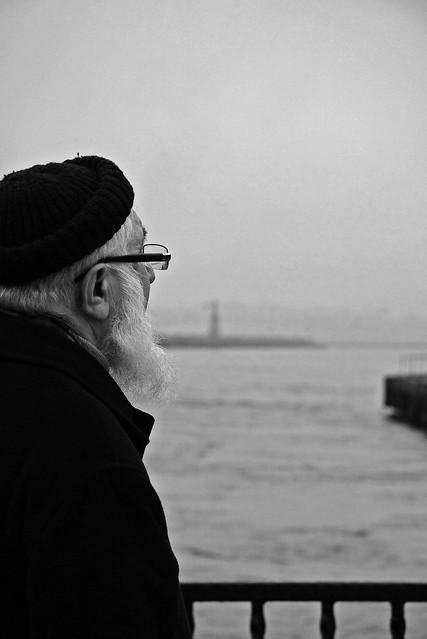 A man gazing at the sea, Kadikoy, Istanbul, Turkey カドゥキョイ、海を見つめる男性