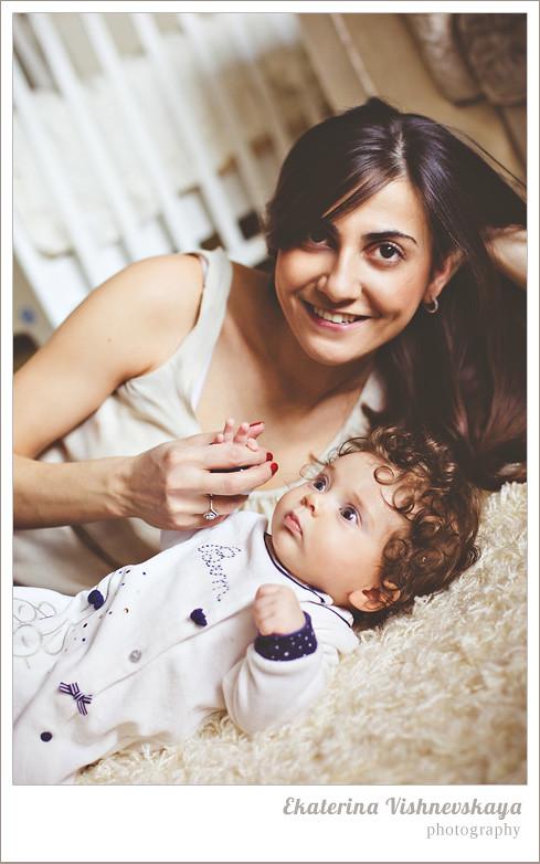 фотограф Екатерина Вишневская, хороший детский фотограф, семейный фотограф, домашняя съемка, студийная фотосессия, детская съемка, малыш, ребенок, съемка детей, кудри, кудряшки, материнство, счастье, мама с ребёнком, большие глаза, красивый портрет, фотограф москва