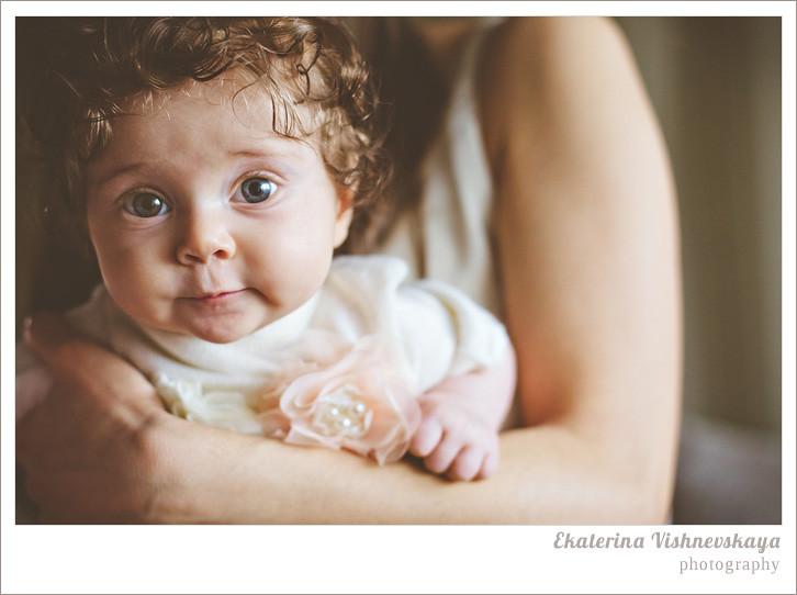 фотограф Екатерина Вишневская, хороший детский фотограф, семейный фотограф, домашняя съемка, студийная фотосессия, детская съемка, малыш, ребенок, съемка детей, кудри, кудряшки, мама с дочкой, бабушка с внучкой, нежность, ребёнок на руках, красивый портрет, брошь, фотограф москва