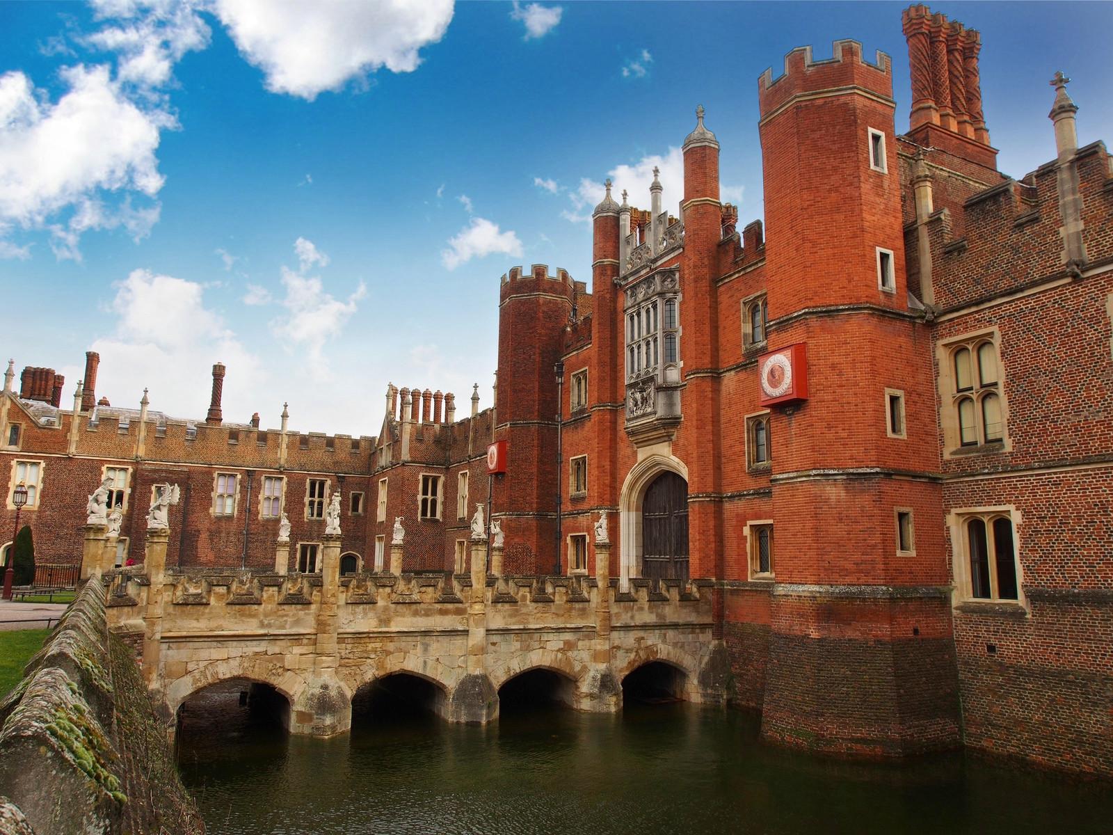 Hampton Court moat. Credit David Farquhar, flickr
