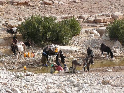 Yendo a por agua al río (Medio Atlas, Marruecos)