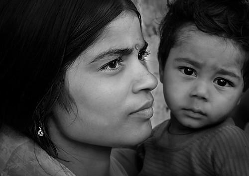 [フリー画像素材] 人物, 家族・親子, モノクロ, インド人 ID:201301170600
