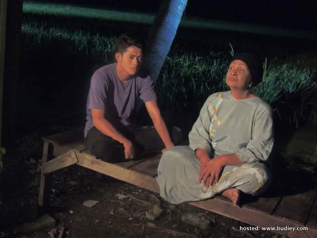Johan As'ari memegang watak sebagai Zarul & Fauziah Nawi sebagai Mak Munah