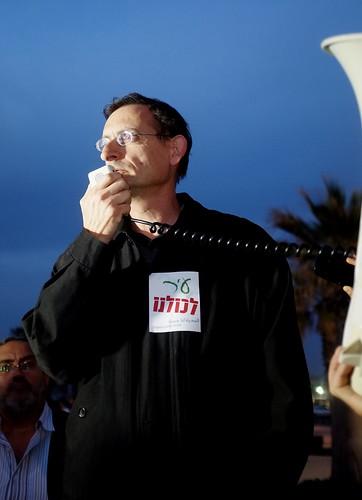 דב חנין בהפגנה בדולפינריום, שלשום