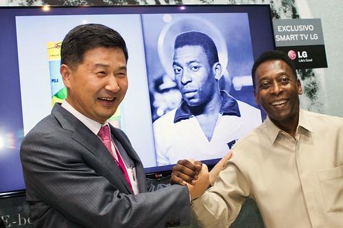 LG전자 변창범 상무와 브라질의 축구영웅 펠레가와 인사하는 모습