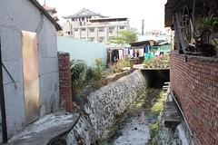 清泉街圳溝咕咾石孔隙已經被水泥填平。