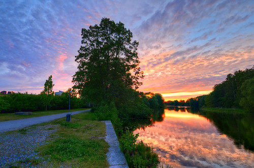 park trees sunset sky lake grass night reflections landscape mackerel cloudy sweden sverige trashcan hdr eskilstuna buttermilk waterscape eskilstunaån rothoffsparken