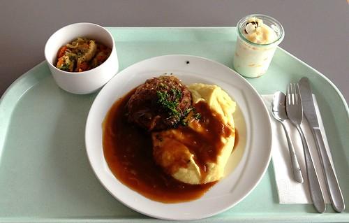 Fleischpflanzerl mit Zwiebelsauce & Kartoffelpüree / Meatball with onion sauce & mashed potatoes