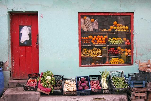 A grocery shop in Edirne, Turkey エディルネの八百屋さん