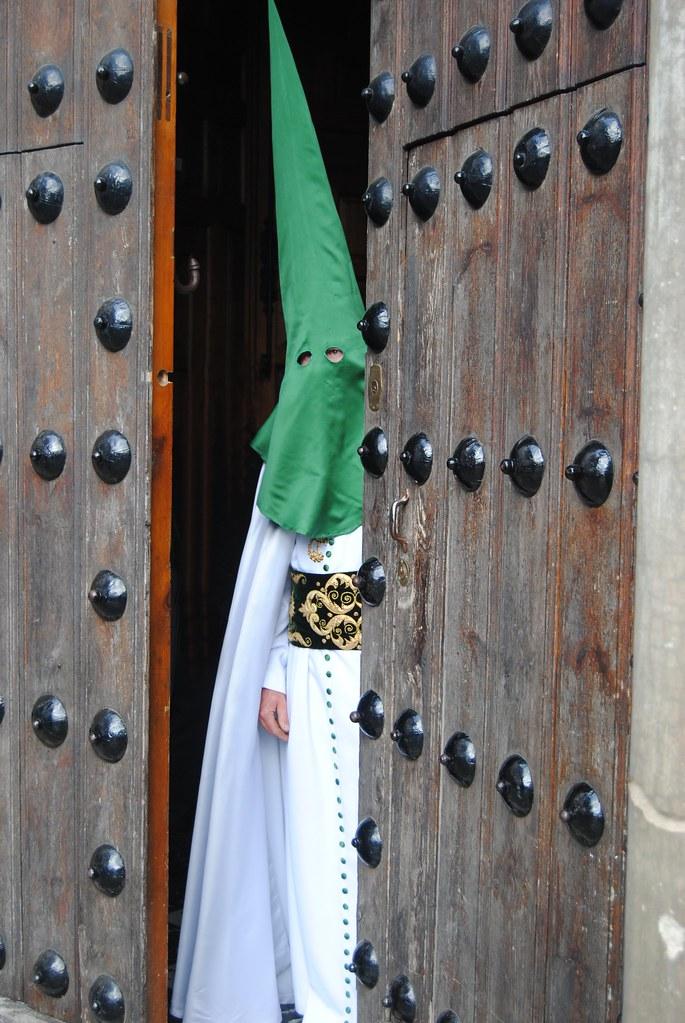La procesión del Amarrao a la Columna abre la Semana Santa de Setenil el Jueves Santo sobre las 20:00. La Hermandad de La Vera-Cruz se fundó en 1551 y se la conoce como Los Blancos. Sus tronos salen de la Iglesia de la Encarnación. FOTO: ÁNGEL MEDINA LAÍN.