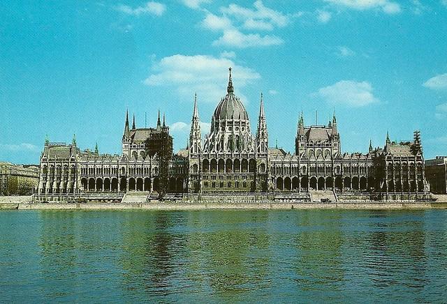 Le Parlement de Hongrie à Budapest en 1985. Un moins coloré qu'en 2015. Image : NH Hamilton
