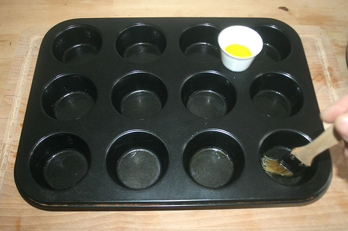 27 - Muffinform ölen / Oil muffin tray