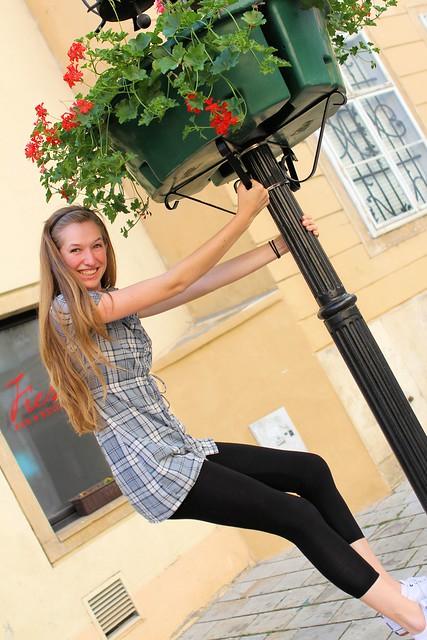 Tessa on streetlamp_6552