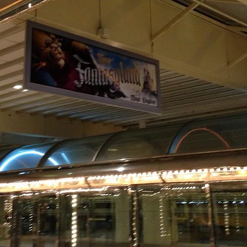 空港に新ファンタジーランドのバナー。