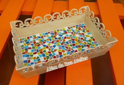 Bandeja decorada com mosaico