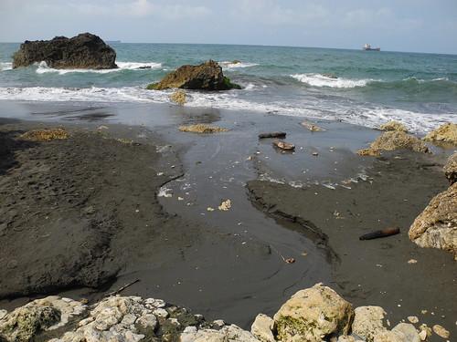 從柴山來的湧泉持續找出路奔向海邊。