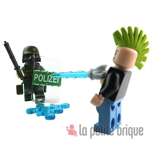 Wasser gun gegen Polizei ! by LaPetiteBrique.com