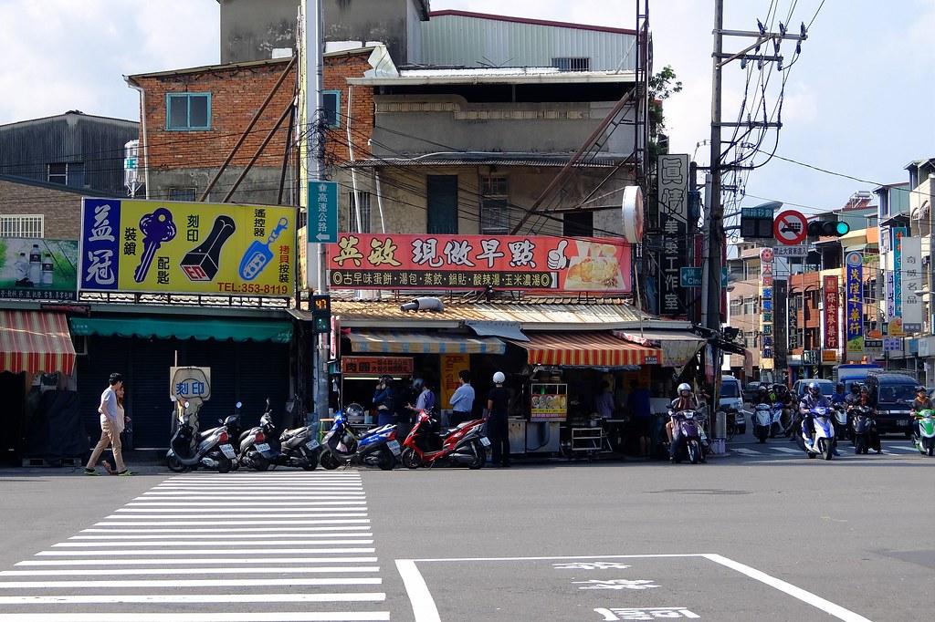 楠梓路與旗楠公路交叉,英敏早餐店招牌下方,有一個小攤,專賣肉圓!!