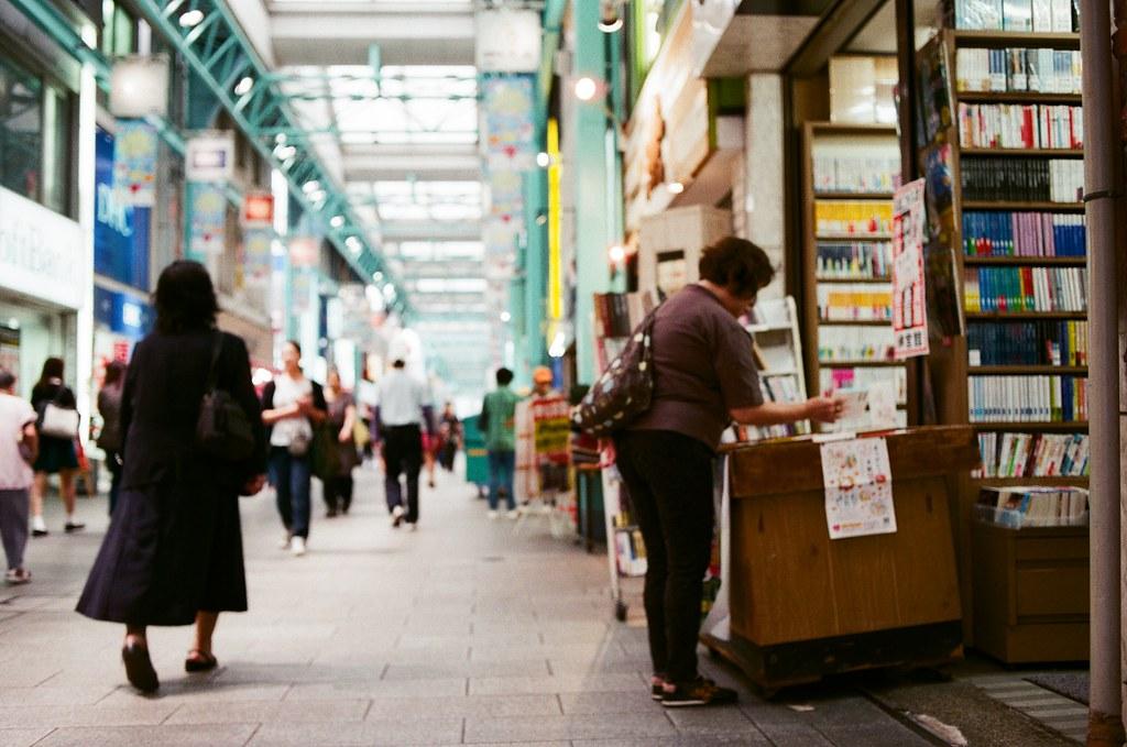 吉祥寺 Tokyo, Japan / AGFA VISTAPlus / Nikon FM2 車站出來後,對面就是商店街,我記得在入口處的地方有諮詢台,台前放好多語言的商店街導覽地圖,我就拿了中文、日文個兩份。  兩份,的確,那時候會幫妳多拿一份。  Nikon FM2 Nikon AI AF Nikkor 35mm F/2D AGFA VISTAPlus ISO400 0994-0039 2015/10/01 Photo by Toomore