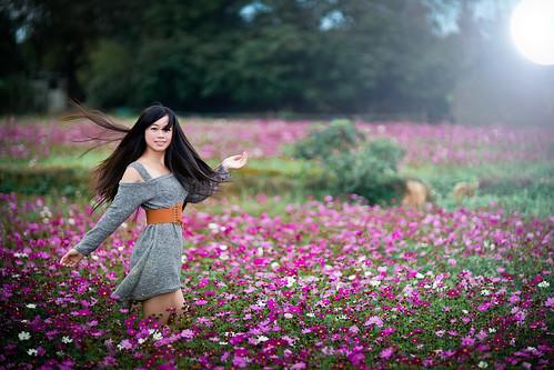 [フリー画像素材] 人物, 女性 - アジア, 女性 - 振り向く, 人物 - 花・植物, 台湾人, 秋桜・コスモス ID:201302182200