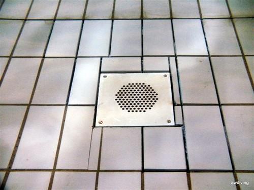 Onderwater inlijmen van de nieuwe tegels