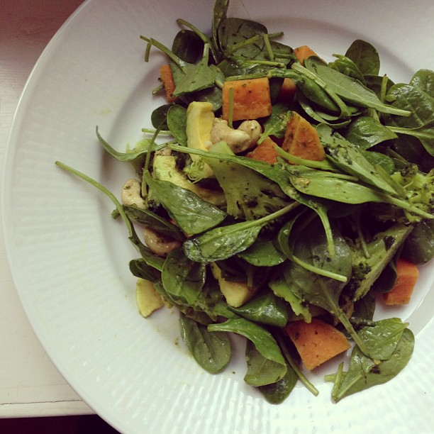Lunchsallad! Färsk spenat, ångad sötpotatis/broccoli, avokado, cashew och pesto