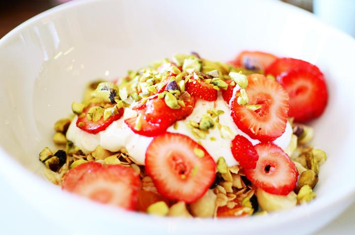 muesli stawbellies pistachios