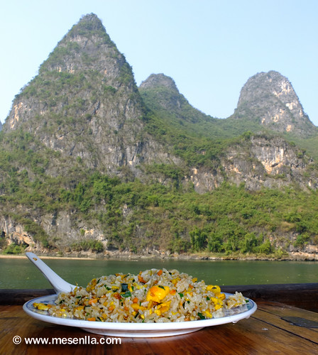 Comiendo en el rio Li