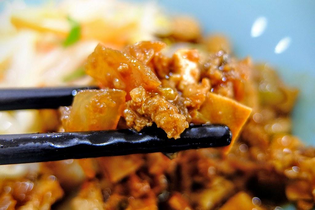 炸醬麵有豆干/洋蔥等拌炒的,伴著麵條還不賴