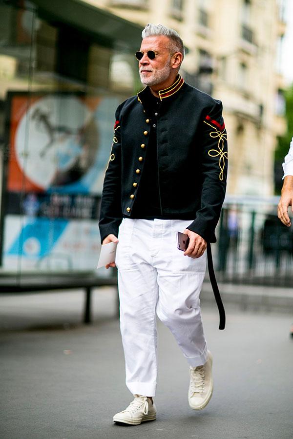 黒ナポレオンジャケット×白パンツ×白ローカットスニーカー