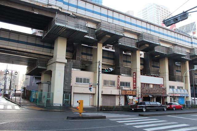 首都高速道路高架下建物