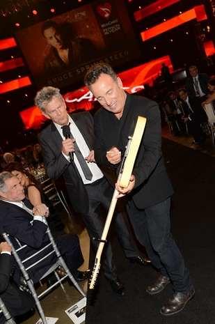 Bruce-Springsteen-firmando-su-guitarra-en-MusiCares