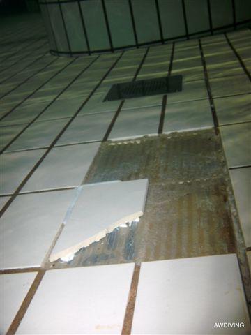 Tegel reparatie :Stap 1 Schade aan tegelvloer