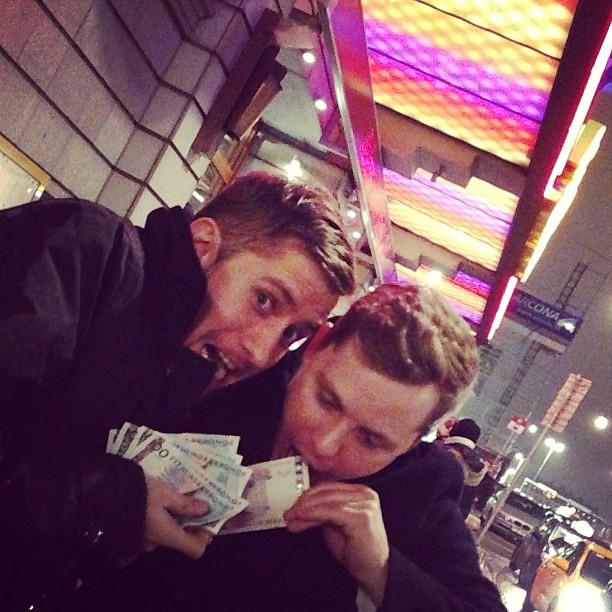 Grabbarna Grus blev hundraljärer. Bra kväll på casinot. Ping @kommuntant.