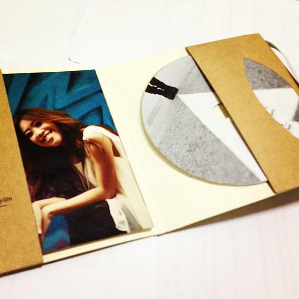 Interior of new album... I really love the elastic band!