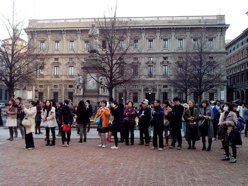 Turisti giapponesi davanti al Teatro della Scala by Ylbert Durishti