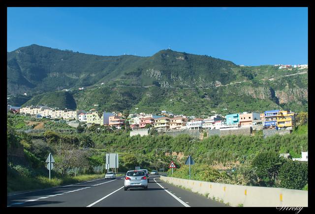 Tenerife Icod Vinos Garachico Punta Teno - Casas de colores en la ladera del Teide