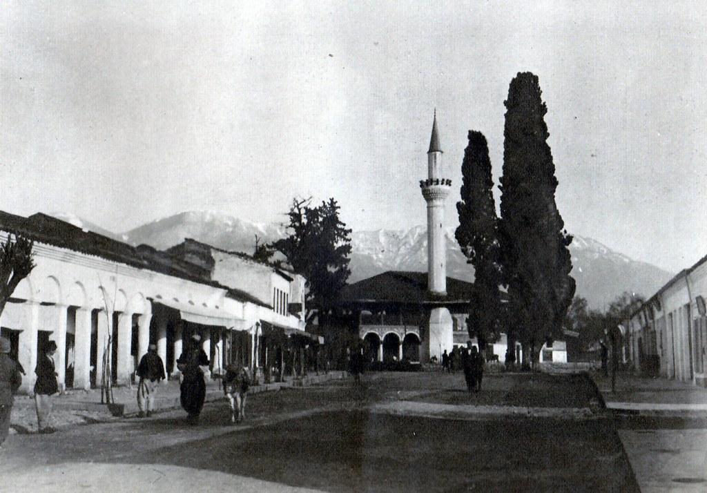 Xhamia e Sulejman pashës (?) në Tiranë, 1924. A mosque in central Tirana, Albania, 1924.