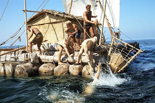 Man över bord. Besättningen räddar Herman som ramlat i vattnet.