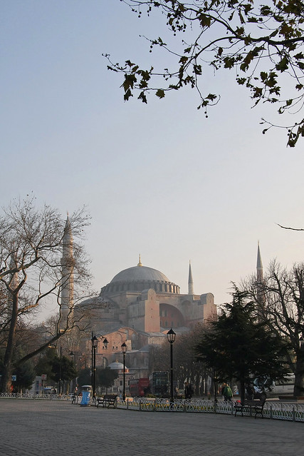 Hagia Sophia (Ayasofya) in the slight morning haze, Istanbul, Turkey イスタンブール、かすかな朝霞のアヤソフィア