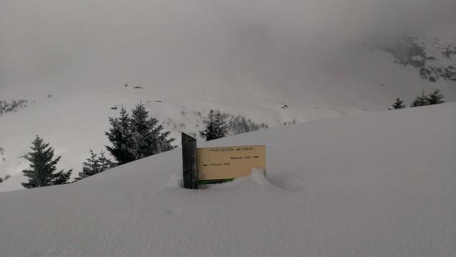 Le panneau du sommet et le Col de l'Arpettaz dans le brouillard