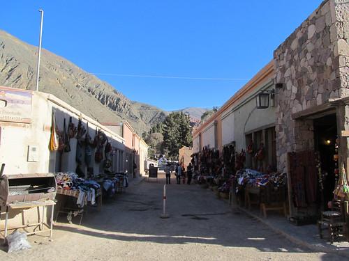 Purmamarca: arrivée à la gare de bus juste devant le marché artisanal pour touristes