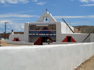 Kewa/Santo Domingo Pueblo church (by: Elizabeth Rose, stripedpot.com))
