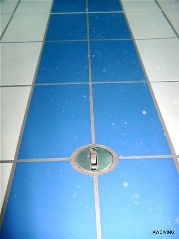 Tegelvloer na het onderwater schoonmaken