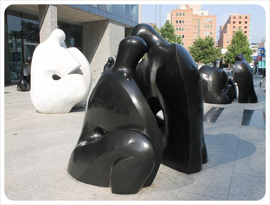 santiago sculpture black and white figures