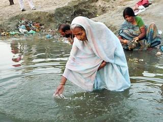 Mujer sumergiéndose en el Ganges a su paso por Benarés (Varanasi - India)