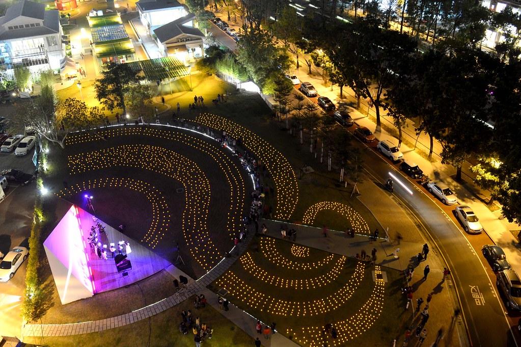 2013希望之光活動經過精心設計的燈海圖騰象徵希望之泉在愛中的源源流動。