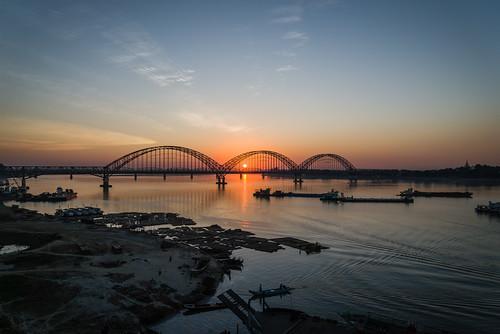 bridge sunset sun river asia asien outdoor burma myanmar ayeyarwadyriver sagaing naturalenvironment unionofburma irrawaddyriver ayeyarwaddyriver republicoftheunionofmyanmar yadanabonbridge ပြည်ထောင်စုသမ္မတမြန်မာနိုင်ငံတော် ပြည်ထောင်စုသမ္မတမြန် ဧရာဝတီမြစ် sagaingregion ရတနာပုံ