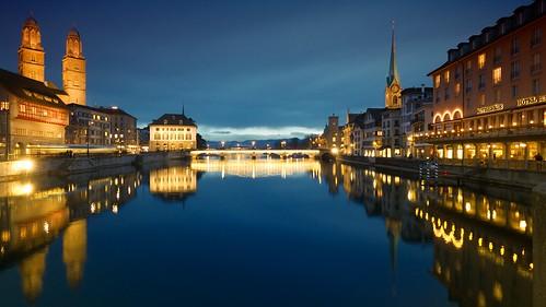 night cloudy limmat blauestunde zürich rathausbrücke